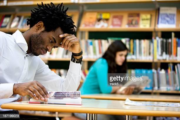 Estudiantes universitarios concentrarse en su revisión en la biblioteca
