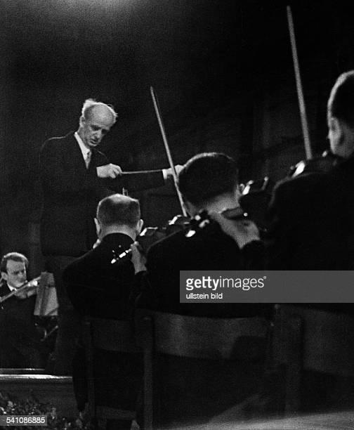 Furtwaengler Wilhelm *25011886Dirigent Komponist D mit den Berliner Philharmonikern beieinem Werkpausenkonzert 1941Foto Erich Engel