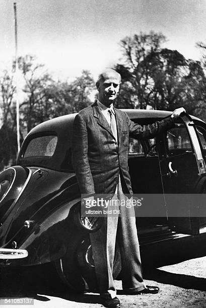 Furtwaengler Wilhelm *25011886Dirigent Komponist D Ganzkoerperaufnahme steht vor seinem Auto 1953