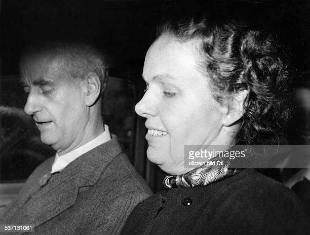 Furtwaengler Wilhelm Dirigent Komponist D mit seiner Ehefrau Elisabeth im Auto in der Schweiz 1952