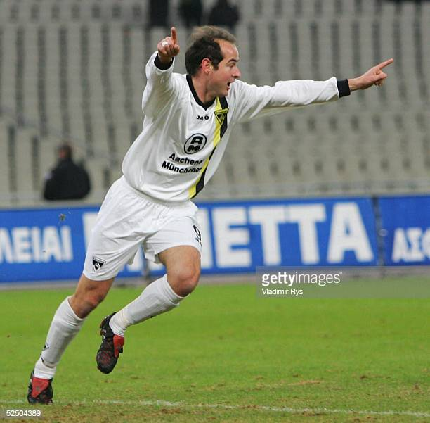 Fusball UEFA Pokal 04/05 Athen AEK Athen Alemannia Aachen 02 Daniel GOMEZ / Aachen bejubelt sein Tor zum 02 151204