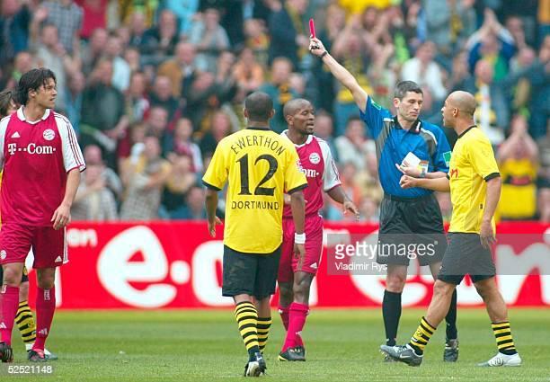 Fussball 1 Bundesliga 03/04 Dortmund Borussia Dortmund FC Bayern Muenchen 20 Rote Karte fuer Mihael BALLACK / Bayern Schiedsrichter Markus MERK 170404
