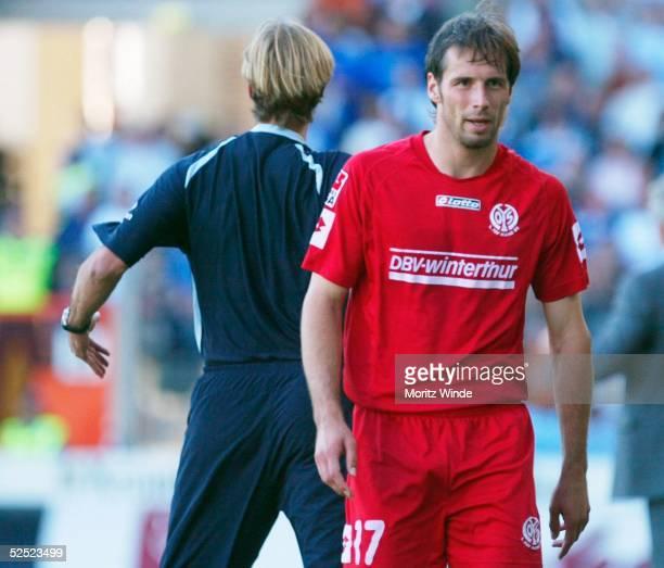 Fussball 1 Bundesliga 04/05 Bielefeld Arminia Bielefeld FSV Mainz 11 Marco ROSE / Mainz wurde mit gelbrot vom Platz gestellt Links Trainer Juergen...