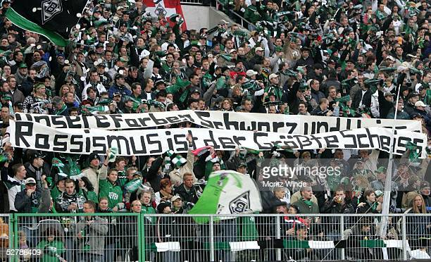 Fussball 1 Bundesliga 04/05 Moenchengladbach 060205Borussia Moenchengladbach SC Freiburg 32FanPlakate zum Thema AntiRassismus