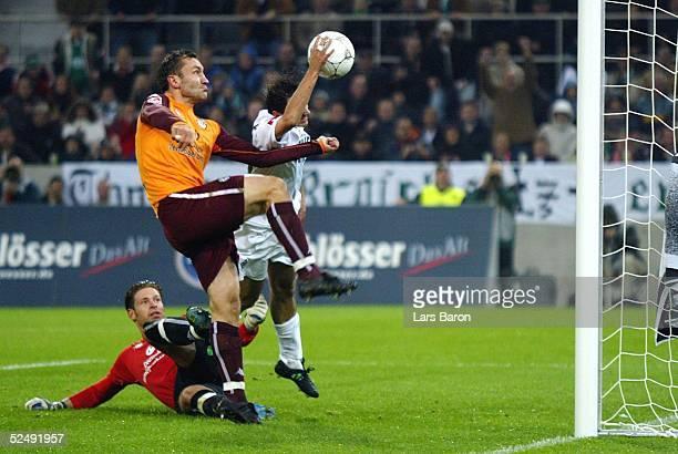 Fussball 1 Bundesliga 04/05 Moenchengladbach Borussia Moenchengladbach 1 FC Kaiserslautern Tor zum 10 durch Oliver NEUVILLE / Gladbach der den Ball...