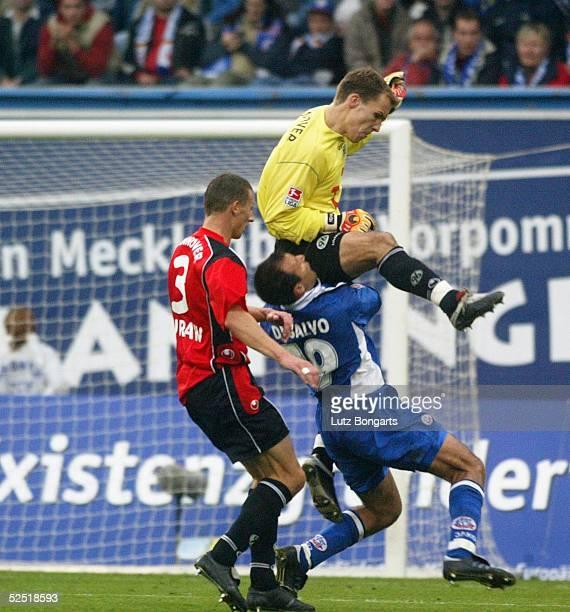 Fussball 1 Bundesliga 04/05 Rostock FC Hansa Rostock Hannover 96 30 Torwart Robert ENKE / Hannover foult Antonio DI SALVO / Rostock links Dariusz...