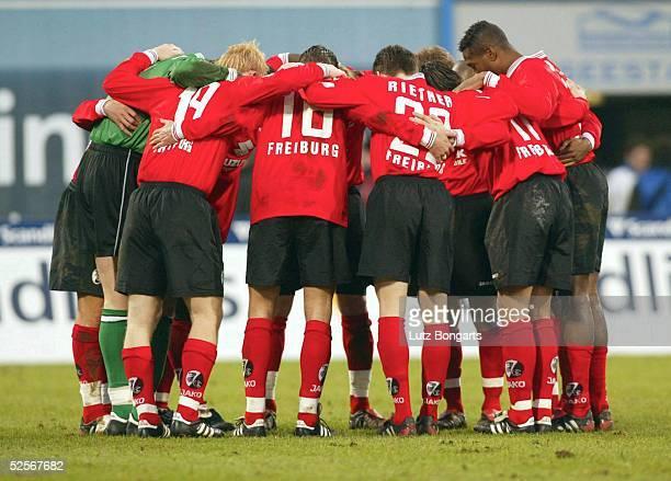Fussball 1 Bundesliga 04/05 Rostock FC Hansa Rostock SC Freiburg 00 Mannschaftskreis Das Team von SC Freiburg vor dem Spiel 220105