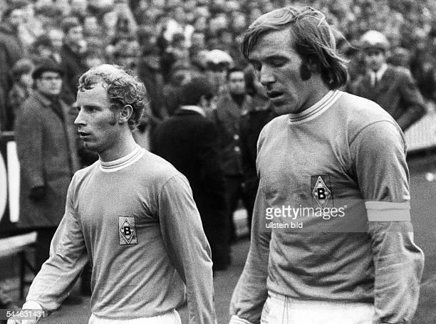 Fussball 1 Bundesliga 19701971 Borussia Moenchengladbach gegen Hamburger SV 30 Stadion am Boekelberg Berti Vogts und Guenter Netzer beim Gang in die...