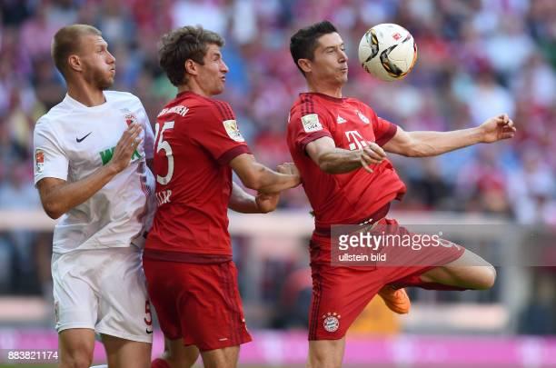 Fussball 1 Bundesliga Saison 2015/2016 4 Spieltag FC Bayern Muenchen FC Augsburg Thomas Mueller und Robert Lewandowski gegen Ragnar Klavan