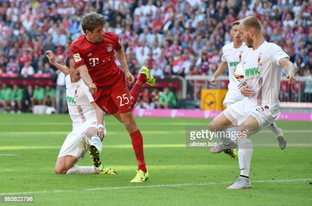 Fussball 1 Bundesliga Saison 2015/2016 4 Spieltag FC Bayern Muenchen FC Augsburg Thomas Mueller laesst es laessig angehen Markus Feulner und Ragnar...