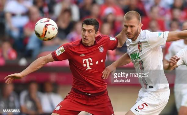 Fussball 1 Bundesliga Saison 2015/2016 4 Spieltag FC Bayern Muenchen FC Augsburg Robert Lewandowski enteilt Ragnar Klavan