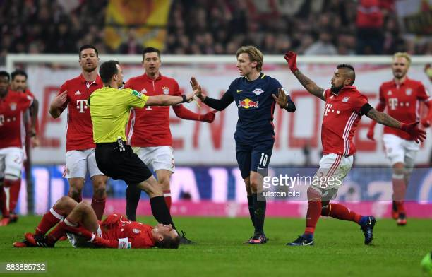 Fussball 1 Bundesliga Saison 2016/2017 16 Spieltag FC Bayern Muenchen RB Leipzig Der Leipziger Emil Forsberg steht nach seinem Foul gegen Philipp...