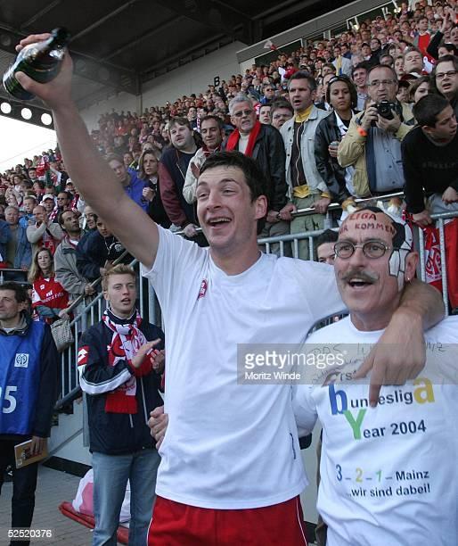 Fussball 2 Bundesliga 03/04 Mainz 1 FSV Mainz 05 Eintracht Trier Sandro SCHWARZ / Mainz feiert mit einem Fan den Aufstieg 230504