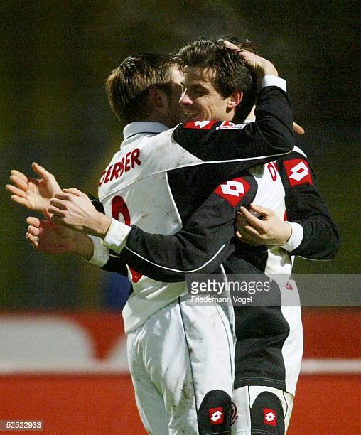 Fussball 2 Bundesliga 03/04 Nuernberg 1 FC Nuernberg FSV Mainz 05 Fabian GERBER und Torschuetze Markus DWORRAK / Mainz jubeln nach dem Tor zum 12...