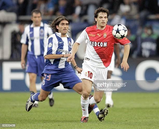 Fussball Champions League 03/04 Finale Gelsenkirchen FC Porto AS Monaco 30 Pedro MENDES / Porto Fernando MORIENTES / Monaco 260504