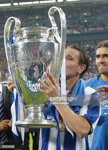 Fussball Champions League 03/04 Finale Gelsenkirchen FC Porto AS Monaco 30 Torschuetze Dimitri ALENITCHEV / Porto kuesst den Pokal 260504