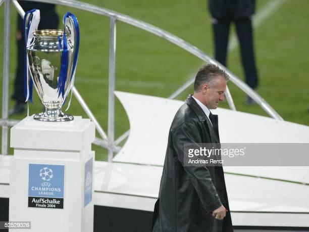 Fussball Champions League 03/04 Finale Gelsenkirchen FC Porto AS Monaco 30 Trainer Didier DESCHAMPS / Monaco der nach der Niederlage gegen Porto...