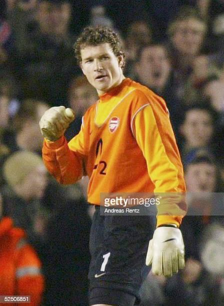 Fussball Champions League 03/04 London Arsenal London Celta de Vigo Torwart Jens LEHMANN / Arsenal ballt die Faust nach dem 10 Fuehrungstreffer durch...