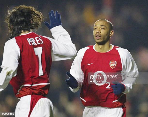 Fussball Champions League 03/04 London Arsenal London Celta de Vigo Der Franzose im Trikot von Arsenal London Thierry HENRY rechts trifft zum 20 und...