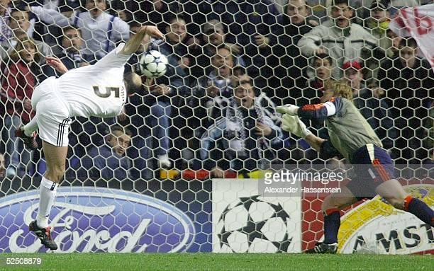 Fussball Champions League 03/04 Madrid Real Madrid FC Bayern Muenchen 10 Zinedine ZIDANE / Madrid erzielt das Tor zum 10 Torwart Oliver KAHN / Bayern...