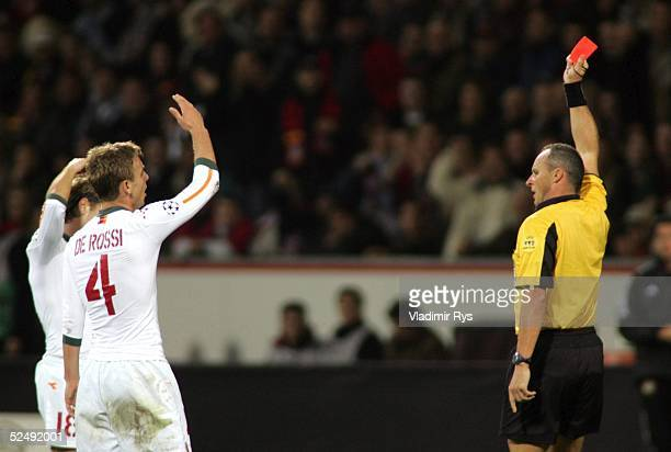 Fussball Champions League 04/05 Leverkusen Bayer 04 Leverkusen AS Rom 31 Rote Karte fuer Daniele DE ROSSI / Rom Schiedsrichter Eric POULAT / FRA...
