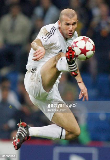 Fussball Champions League 04/05 Madrid Real Madrid Bayer 04 Leverkusen 11 Zinedine ZIDANE / Madrid 231104