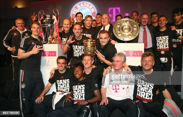 Fussball DFB POKAL FINALE SAISON 2012/2013 Champions Party des FC Bayern Muenchen nach dem Gewinn des DFB Pokal und Triple Gruppenbild mit CHL Pokal...