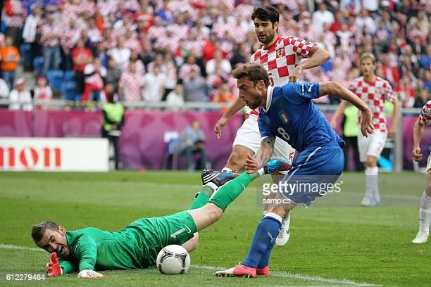 vl Stipe Pletikosa Croatia Kroatien gegen Claudio Marchisio Italien Italy Vorrunde Spiel 10 Gruppe Gruppe C Italien Kroatien 11 Fussball EM UEFA Euro...