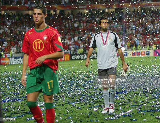 Fussball Euro 2004 in Portugal Finale / Spiel 31 Lissabon Portugal Griechenland 01 Cristian RONALDO Torwart RICARDO gehen enttaeuscht vom Platz 010704