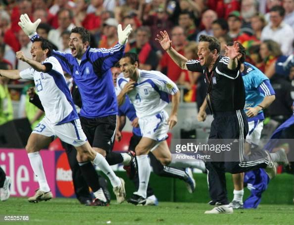 Fussball Euro 2004 in Portugal Finale / Spiel 31 Lissabon Portugal Griechenland 01 Trainer Otto REHHAGEL / GRE jubelt nach dem Gewinn der EURO 04