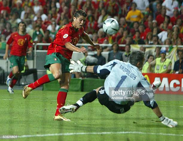 Fussball Euro 2004 in Portugal Finale / Spiel 31 Lissabon Portugal Griechenland 01 Cristian RONALDO / POR Torwart Antonios NIKOPOLIDIS / GRE 010704