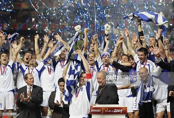 Fussball Euro 2004 in Portugal Finale / Spiel 31 Lissabon Portugal Griechenland Theodoros ZAGORAKIS / GRE mit Pokal 010704