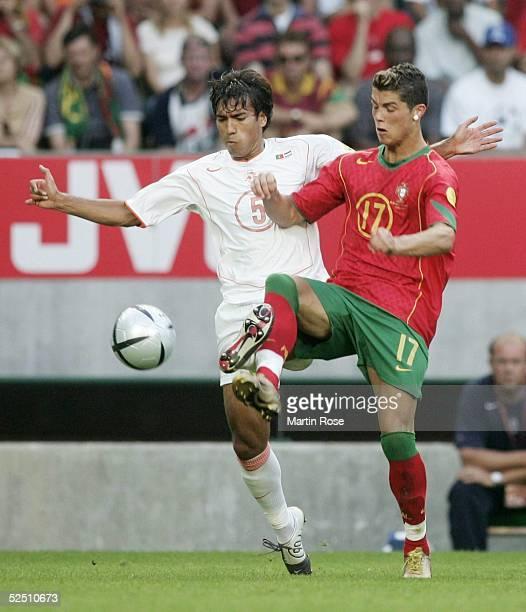 Fussball Euro 2004 in Portugal Halbfinale / Spiel 29 Lissabon Portugal Niederlande Giovanni van BRONCKHORST / NED Cristiano RONALDO / POR 300604