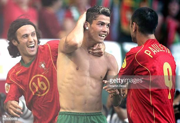 Fussball Euro 2004 in Portugal Halbfinale / Spiel 29 Lissabon Portugal Niederlande 21 Torjubel 10 Ricardo CARVALHO Torschuetze Cristiano RONALDO...