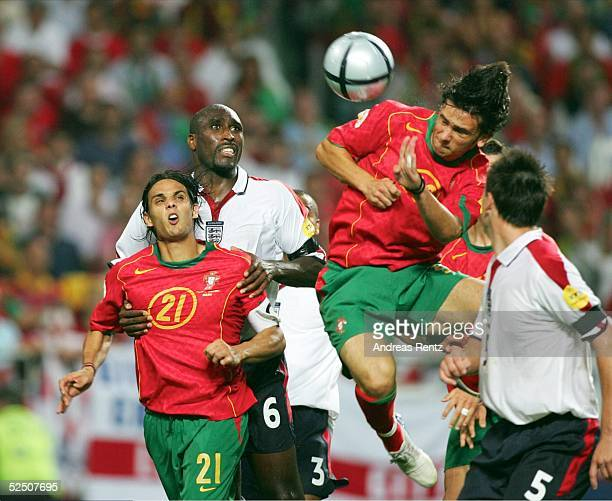 Fussball Euro 2004 in Portugal Viertelfinale Spiel 25 Lissabon Portugal England Helder POSTIGA / springt zum Kopfball hoch und koepft ihn zum 11 ein...