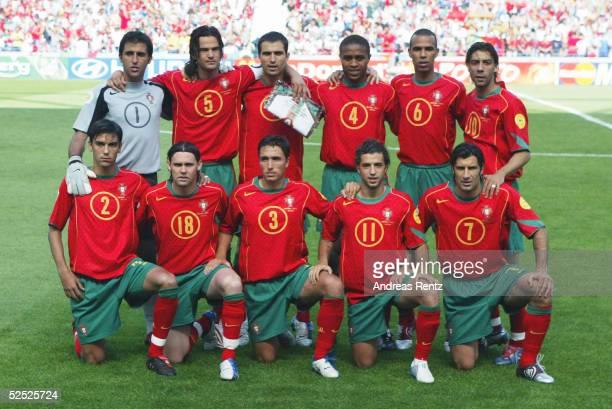 Fussball Euro 2004 in Portugal Vorrunde / Gruppe A / Spiel 1 Porto Portugal Griechenland 12 Team Portugal vlnr stehend Torwart RICARDO Fernando COUTO...