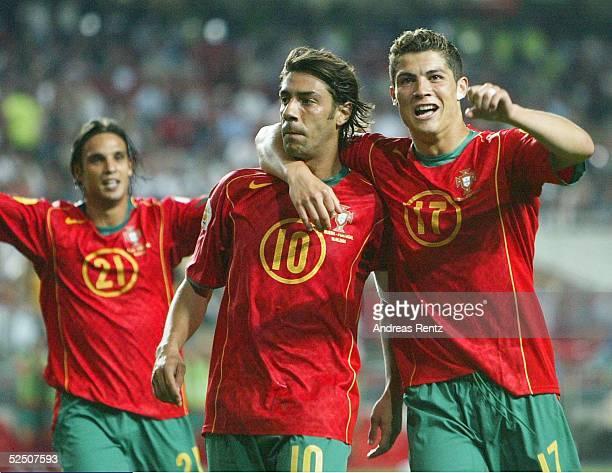 Fussball Euro 2004 in Portugal Vorrunde / Gruppe A / Spiel 10 Lissabon Russland Portugal 20 NUNO GOMES RUI COSTA und Cristiano RONALDO / POR jubeln...