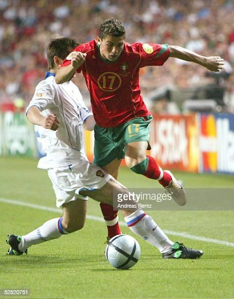 Fussball Euro 2004 in Portugal Vorrunde / Gruppe A / Spiel 10 Lissabon Russland Portugal 20 Cristiano RONALDO / POR setzt sich im Zweikampf durch...