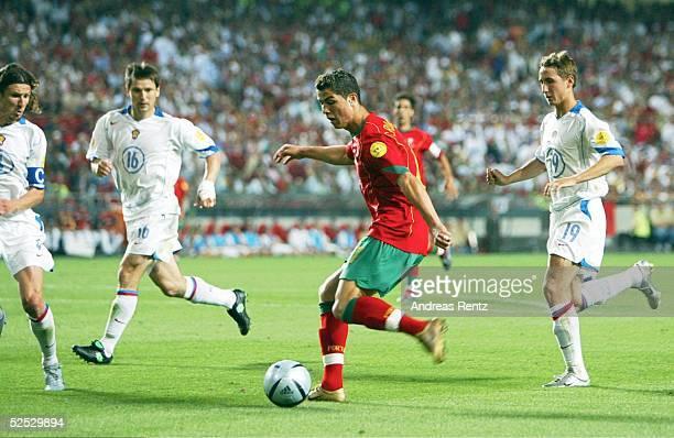 Fussball Euro 2004 in Portugal Vorrunde / Gruppe A / Spiel 10 Lissabon Russland Portugal 02 Alexei SMERTIN / RUS Vadim EVSEEV / RUS Cristiano RONALDO...