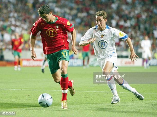 Fussball Euro 2004 in Portugal Vorrunde / Gruppe A / Spiel 10 Lissabon Russland Portugal 02 Cristiano RONALDO / POR Vladimir BYSTROV / RUS 160604