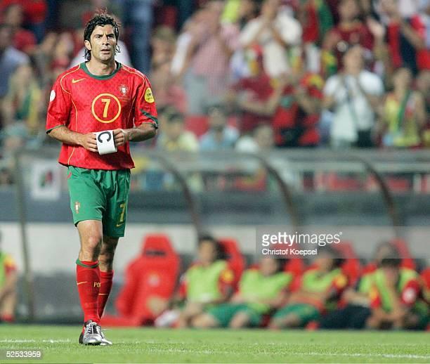 Fussball Euro 2004 in Portugal Vorrunde / Gruppe A / Spiel 10 Lissabon Russland Portugal 02 Luis FIGO / POR gibt die Kapitaensbinde ab 160604