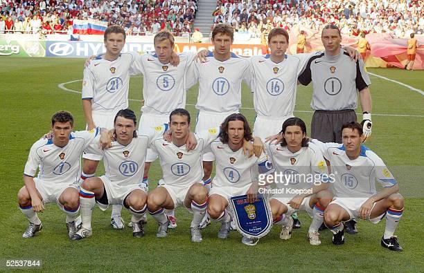 Fussball Euro 2004 in Portugal Vorrunde / Gruppe A / Spiel 10 Lissabon Russland Portugal 02 Hintere Reihe von links Alexey BUGAEV Andrey KARYAKA...