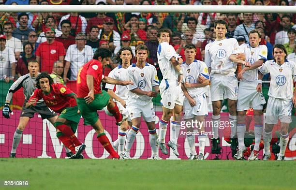 Fussball Euro 2004 in Portugal Vorrunde / Gruppe A / Spiel 10 Lissabon Russland Portugal Die Russische Mannschaft erwartet einen Freistoss von Luis...