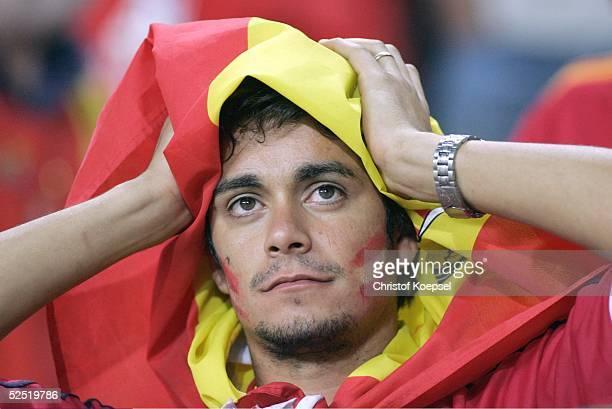 Fussball Euro 2004 in Portugal Vorrunde / Gruppe A / Spiel 17 Lissabon Spanien Portugal 01 Fan / ESP kann das Ausscheiden seines Teams nicht fassen...