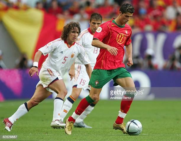 Fussball Euro 2004 in Portugal Vorrunde / Gruppe A / Spiel 17 Lissabon Spanien Portugal 01 Carles PUYOL / ESP Cristian RONALDO / POR 200604