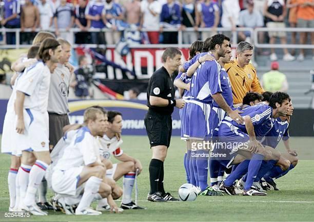 Fussball Euro 2004 in Portugal Vorrunde / Gruppe A / Spiel 18 Faro Russland Griechenland Teamfoto RUS und GRE 200604