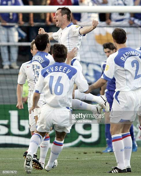Fussball Euro 2004 in Portugal Vorrunde / Gruppe A / Spiel 18 Faro Russland Griechenland Torjubel zum 10 durch Dmitri KIRICHENKO / RUS 200604