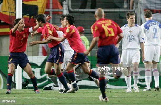 Fussball Euro 2004 in Portugal Vorrunde / Gruppe A / Spiel 2 Faro Spanien Russland Jubel zum 10 durch Juan Carlos VALERON / ESP Vadim EVSEEV und...