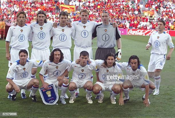 Fussball Euro 2004 in Portugal Vorrunde / Gruppe A / Spiel 2 Faro Spanien Russland 10 Vadim EVSEEV kommt zu spaet zum Mannschaftsfotos 120604