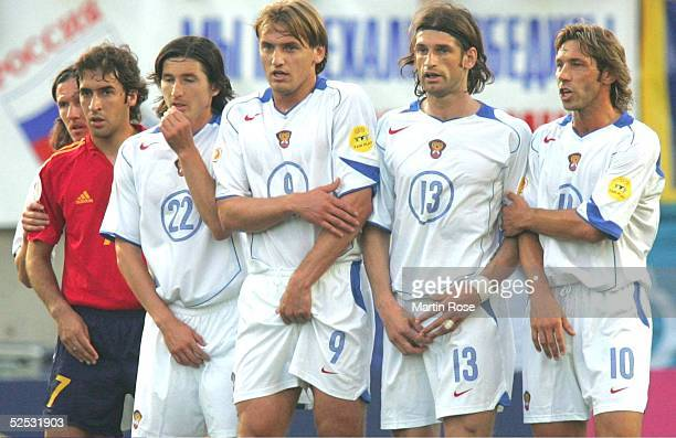 Fussball Euro 2004 in Portugal Vorrunde / Gruppe A / Spiel 2 Faro Spanien Russland 10 RAUL / ESP Evgueni ALDONIN Dmitri BULYKIN Roman SHARONOV...